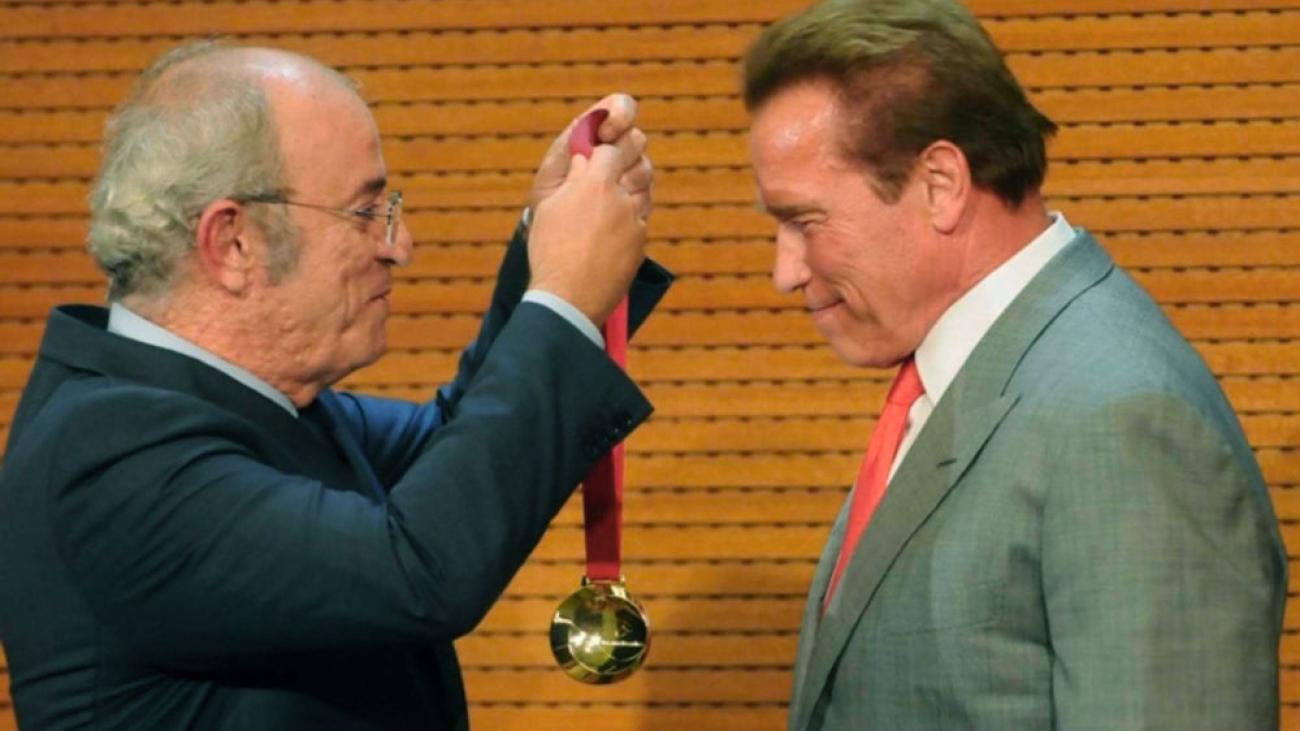 arnold-schwarzenegger-medal-company-02